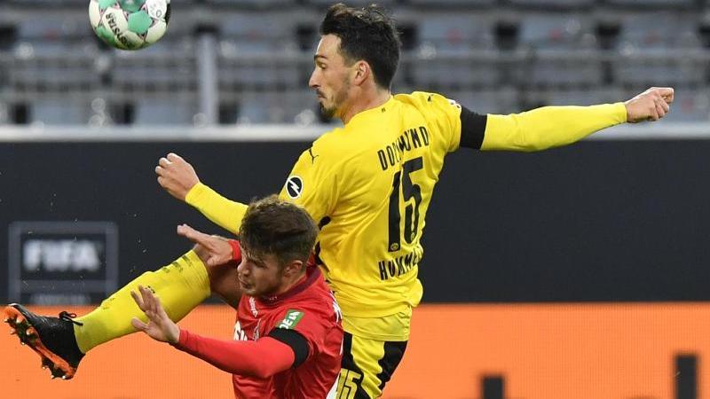 Dortmunds Mats Hummels (r) und Kölns Jan Thielmann in Aktion. Foto: Martin Meissner/Pool AP/dpa/Archivbild
