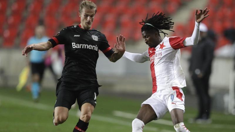 Leverkusens Tin Jedvaj (l) und Slavias Peter Olayinka kämpfen um den Ball. Foto: Petr David Josek/AP/dpa/Archivbild