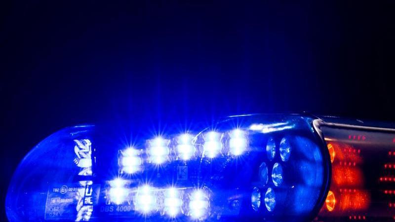 Ein Blaulicht leuchtet auf dem Dach eines Polizeifahrzeugs. Foto: Monika Skolimowska/dpa-Zentralbild/ZB/Illustration