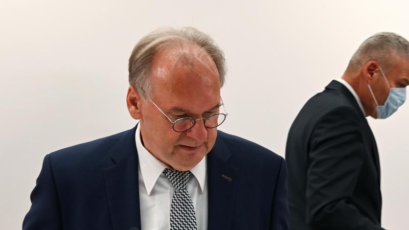 Reiner Haseloff (CDU, l) und Holger Stahlknecht (CDU) kommen zu einer Pressekonferenz. Foto: Hendrik Schmidt/dpa-Zentralbild/ZB/Archivbild