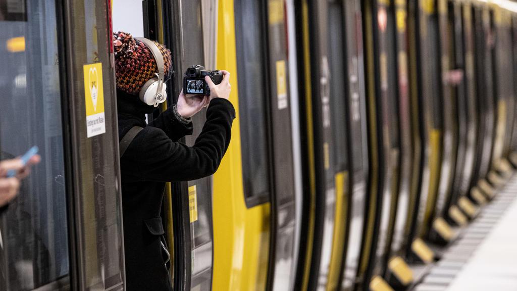 04.12.2020, Berlin: Eine Frau fotografiert im U-Bahnhof Unter den Linden aus der U-Bahn heraus. Zehn Jahre nach dem ersten Spatenstich ist am Freitag ein neuer U-Bahn-Abschnitt im Zentrum Berlins in Betrieb gegangen. (Zu dpa «Neuer U-Bahn-Abschnitt i