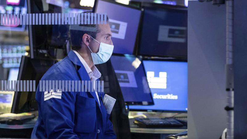Ein Spezialist arbeitet auf seinem Posten auf dem New Yorker Börsenparkett. Foto: Nicole Pereira/New York Stock Exchange/dpa/Archiv