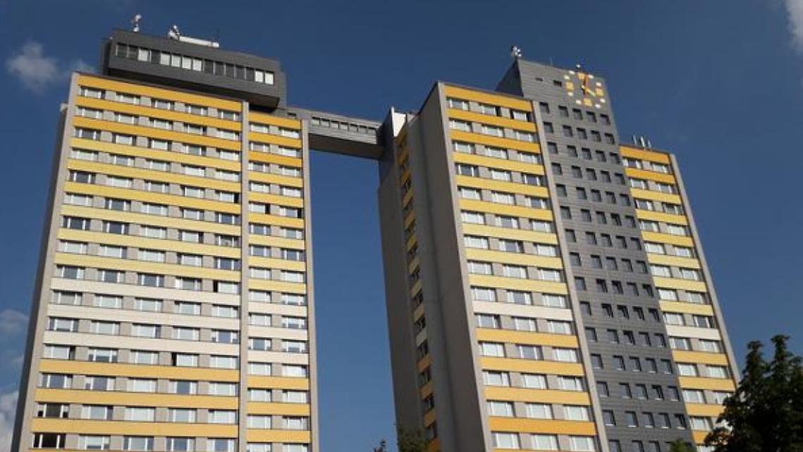 Aus diesem Hochhaus in Prag soll der 15-Jährige gestürzt sein.