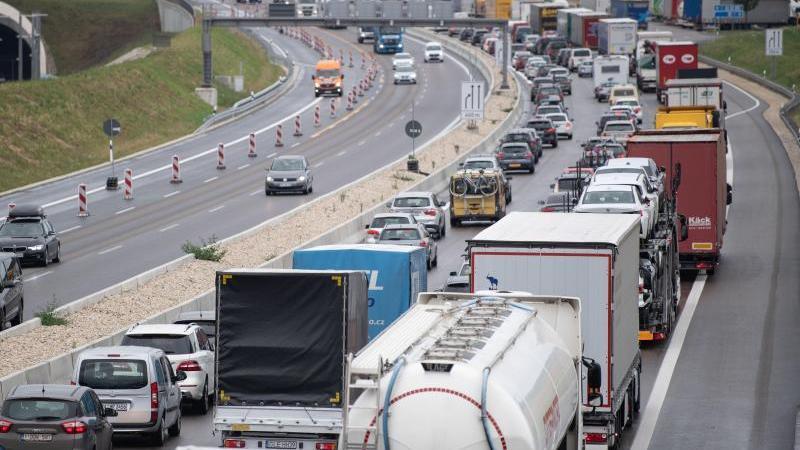 Autos stehen auf der A8 im Stau. Foto: Marijan Murat/dpa/Symbolbild