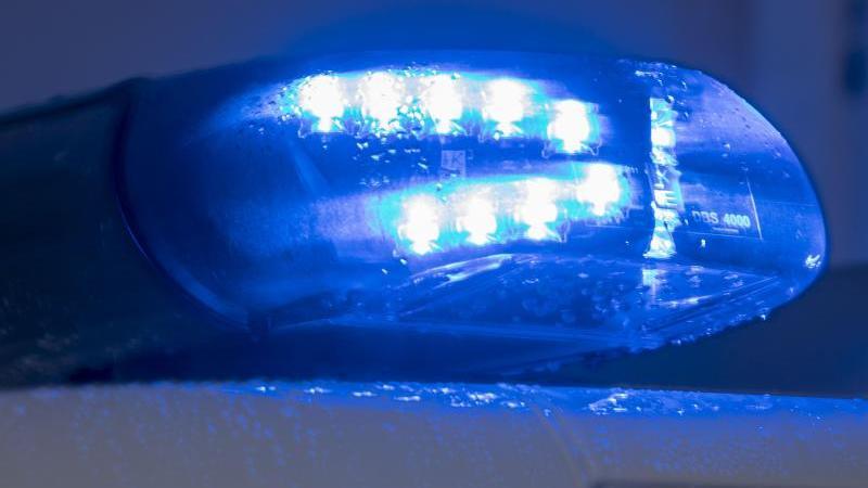 Ein Blaulicht leuchtet auf dem Dach einer Polizeistreife. Foto: Jens Büttner/dpa-Zentralbild/ZB/Symbolbild