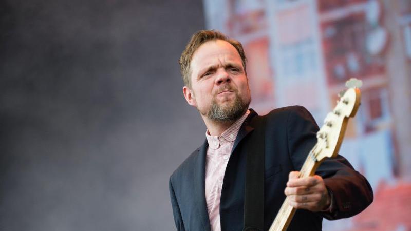 Beatsteaks-Bassist Torsten Scholz (r) glaubt, dass sich in der Band einiges verändern werde, wenn Künstler auch im nächsten Jahr nicht auftreten dürfen. Foto: picture alliance / dpa