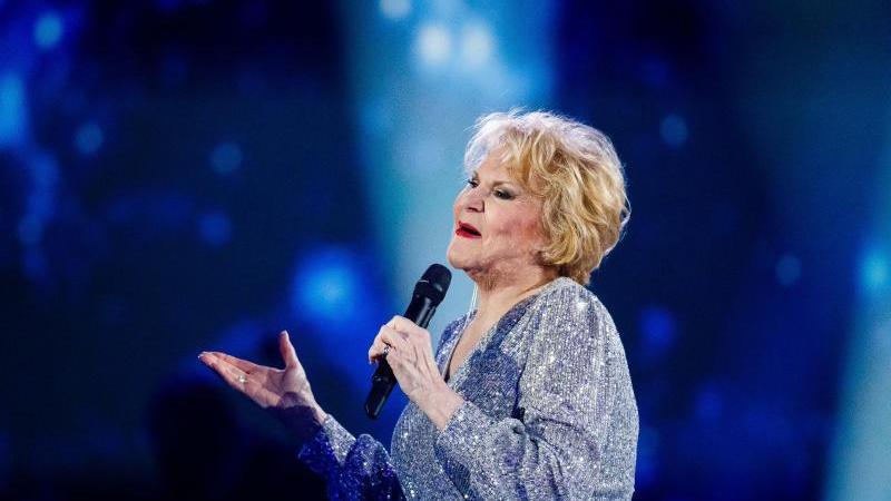 Peggy March singt bei einer TV-Aufzeichnung. Foto: Philipp von Ditfurth/dpa/Archivbild