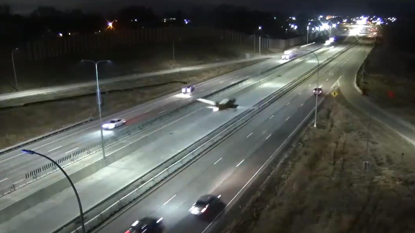 Mitten im laufenden Verkehr hat ein Pilot sein Kleinflugzeug auf einer Autobahn im US-Bundesstaat Wisconsin gelandet.