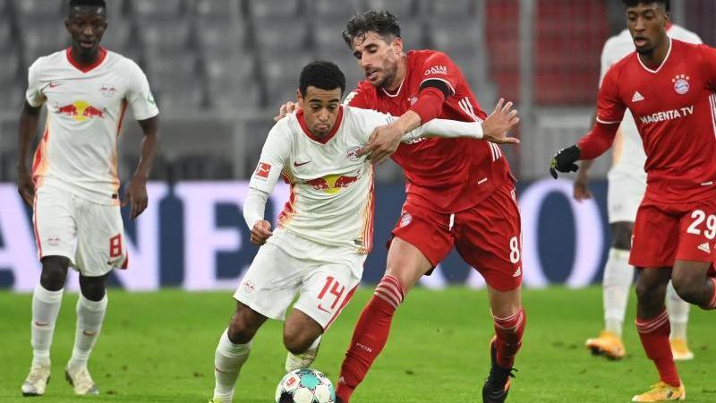 Leipzigs Tyler Adams (2.v.l) und Münchens Javi Martínez kämpfen um den Ball. Foto: Sven Hoppe/dpa