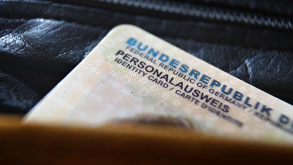 """ARCHIV - 26.09.2014, Bayern, Kaufbeuren: ILLUSTRATION- Ein deutscher Personalausweis ragt aus einer Geldbörse. (zu """"Kabinett will höhere Kosten für Personalausweis beschließen"""") Foto: Karl-Josef Hildenbrand/dpa +++ dpa-Bildfunk +++"""