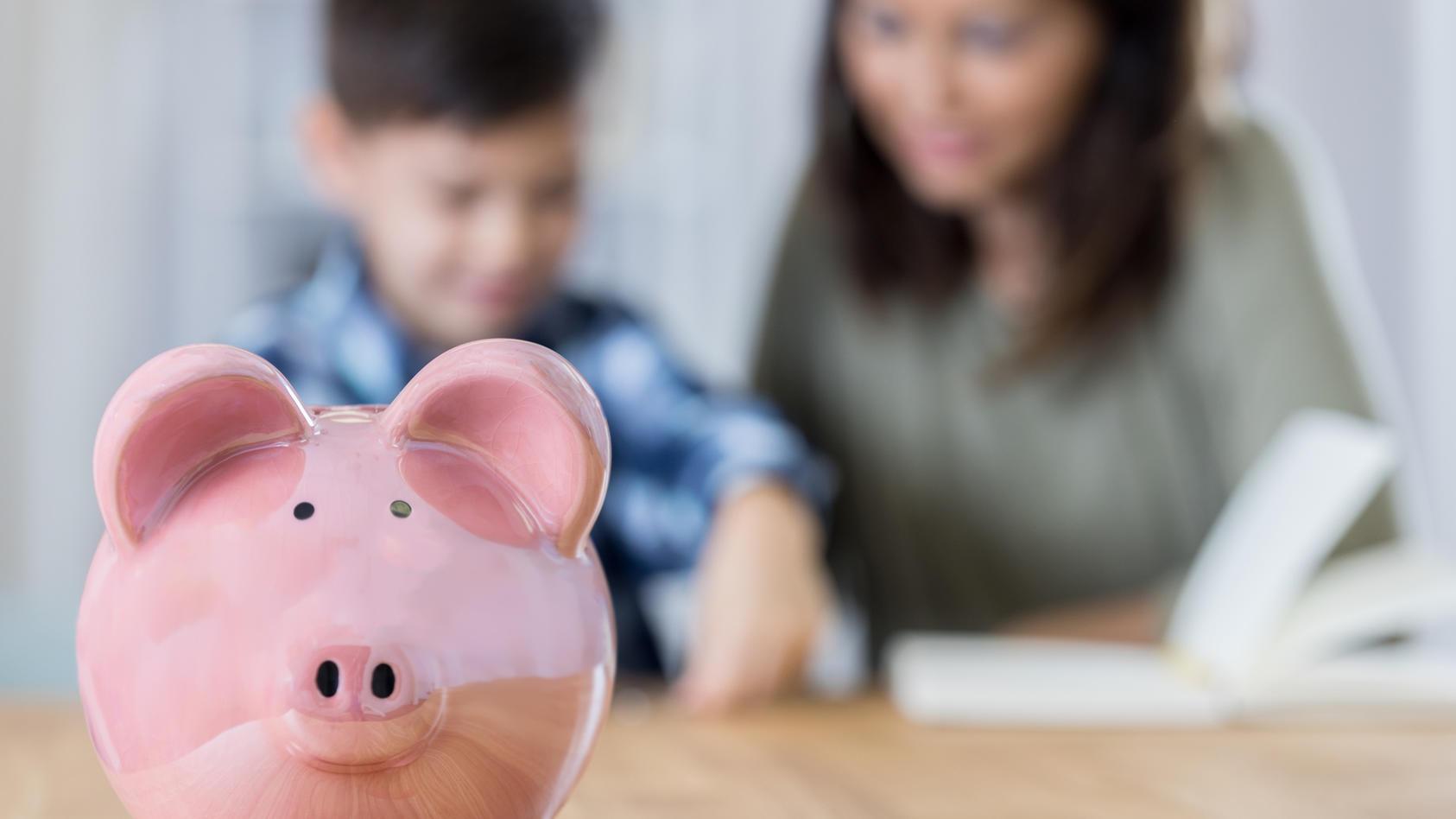 Weg mit dem Sparschwein: Mit ETFs, Sparplänen und Co. können Sie langfristig für Ihre Kinder richtig viel Geld sparen.