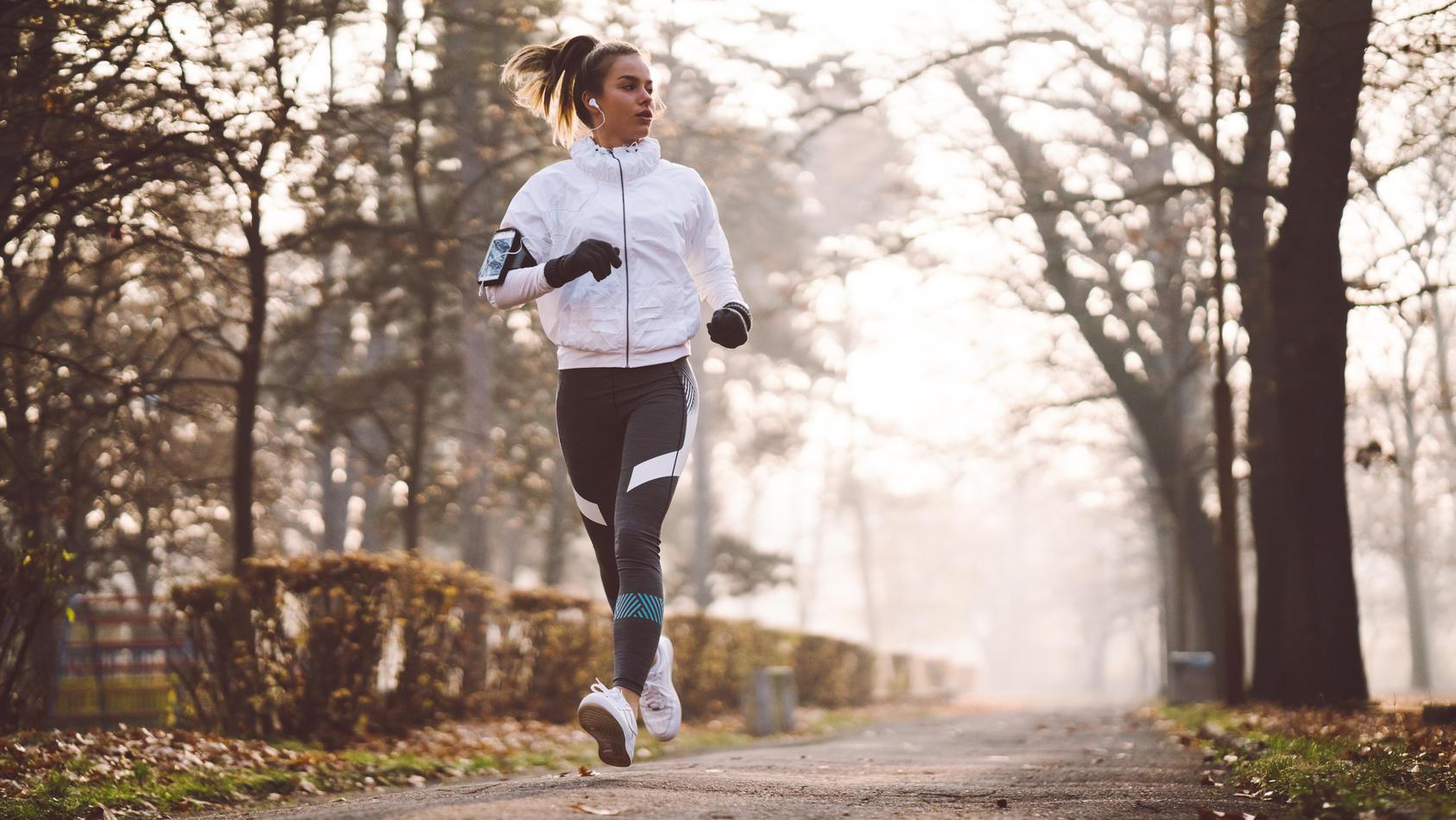 Laufmode ist vor allem im Winter essentiell, damit Sie warm eingepackt sind und nicht der Eiseskälte verfallen. Einige Kleidungsstücke sind ein wahres Must-have fürs Joggen im Winter.