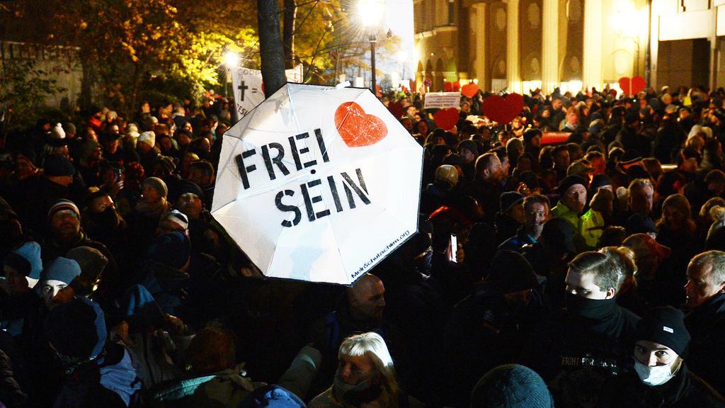 Demonstration gegen die Anti-Corona-Maßnahmen der Bundesregierung, Leipzig, 21.11.2020 Blick von oben auf die Demonstranten vor einer Polizeikette bei einer Demonstration gegen die Corona-Maßnahmen in Leipzig 21.11.2020. Zu sehen sind u.a. ein Regen