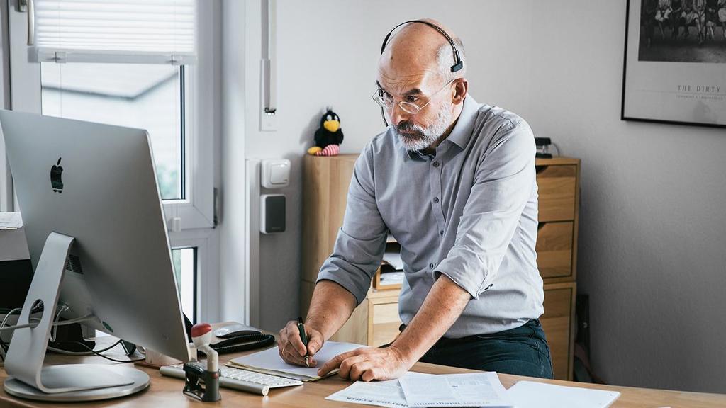 Kinderarzt Steffen Rabe vor Schreibtisch