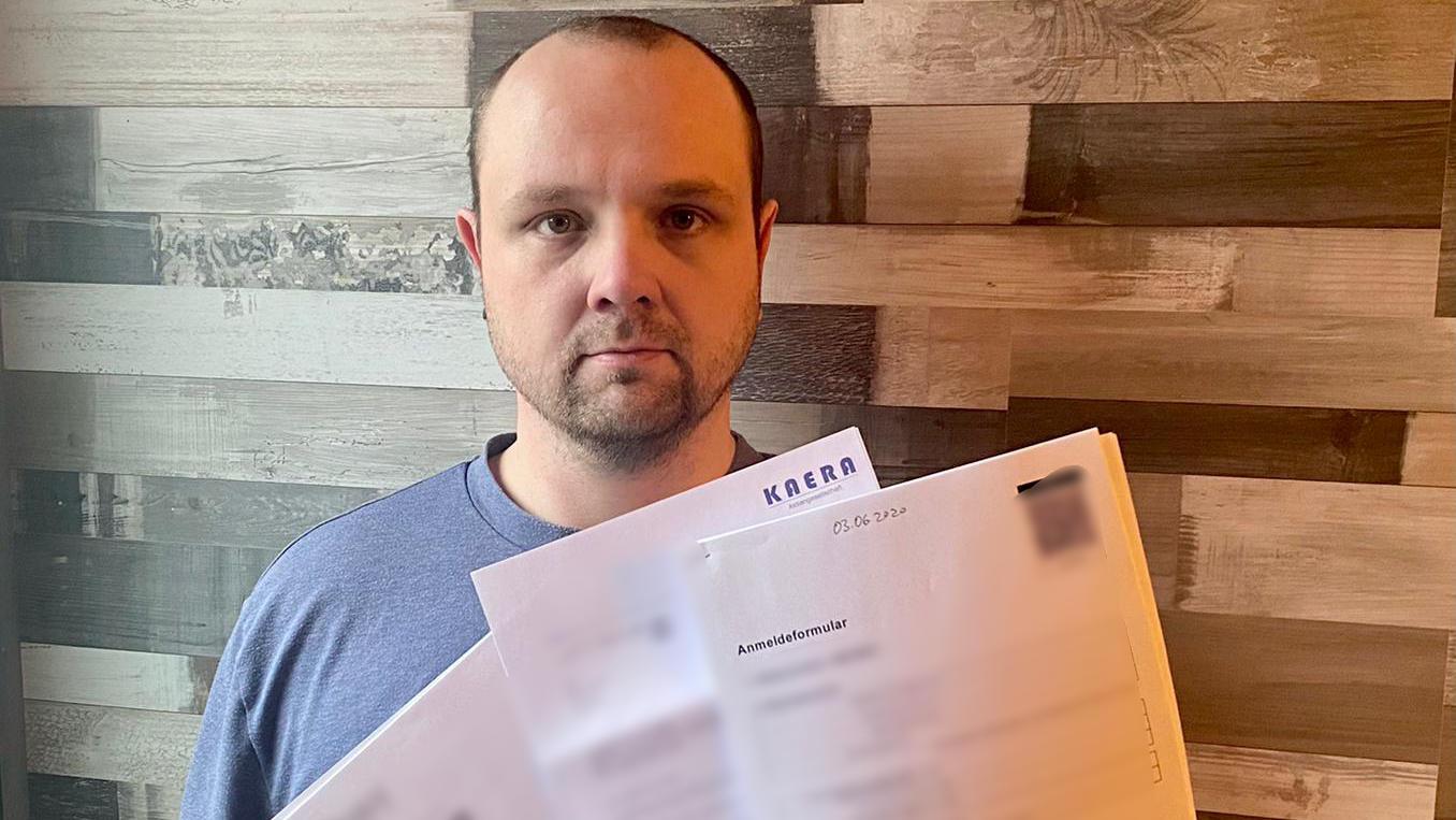 Dennis Hacks, Logistiker aus Moers bei Duisburg, wartet immer noch auf 1.110 Euro.