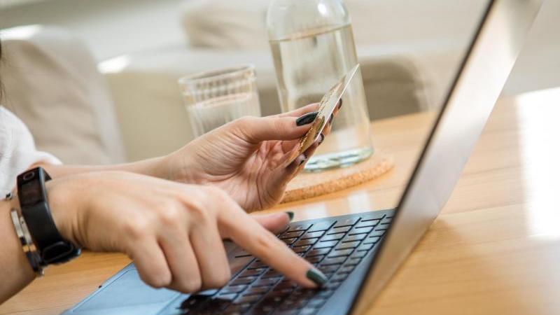 Online einkaufen per Kreditkarte - das ist in der Regel simpel. Ab 2021 wird es jedoch etwas komplizierter, dafür aber auch sicherer. Foto: Christin Klose/dpa-tmn