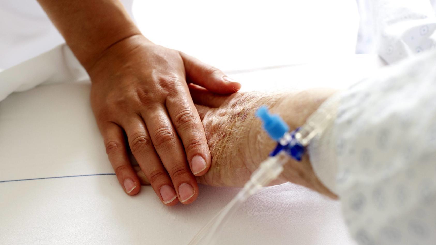 Der Deutsche Ärztetag hat das strikte Verbot der Suizidhilfe aus der Berufsordnung für Mediziner gestrichen.