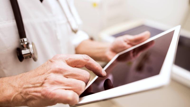 Mit der elektronischen Patientenakte sollen medizinische Unterlagen an einer Stelle digital gebündelt werden. Foto: Halfpoint/Westend61/dpa-tmn