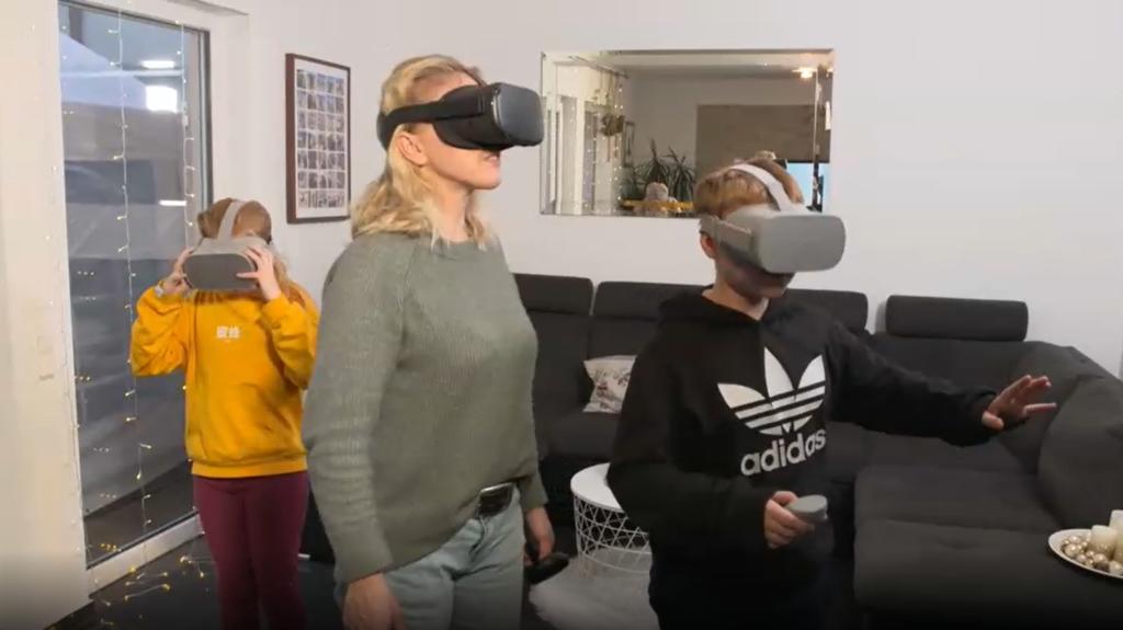 Mutter, Tochter und Sohn mit VR-Brillen