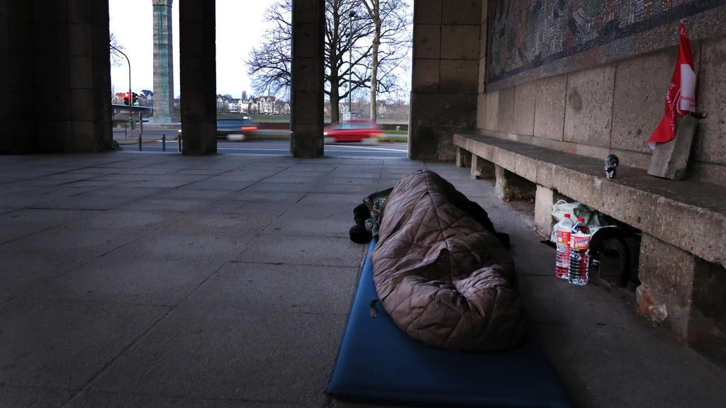 ARCHIV - 06.12.2012, Nordrhein-Westfalen, Düsseldorf: Ein Obdachloser schläft in einem Vorraum der Kunstsammlung in der Nähe des Rheinufers. (Zu dpa «Obdachlos im Pandemiewinter: Hilfsaufwand ist größer als sonst») Foto: picture alliance / dpa +++ dp
