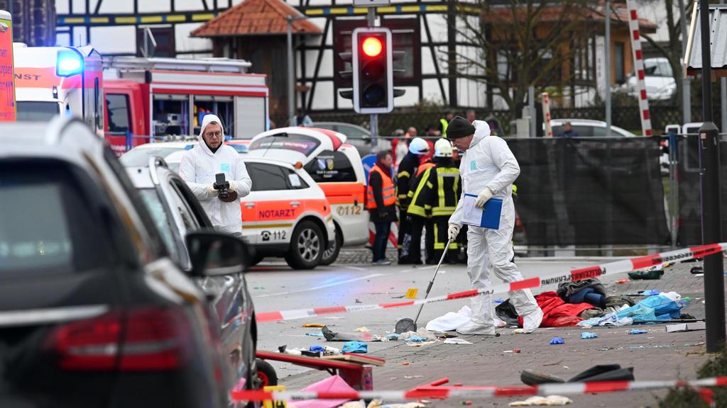 Hessen, Volkmarsen: Einsatzkräfte nehmen an der Unfallstelle in Volkmarsen Spuren auf.