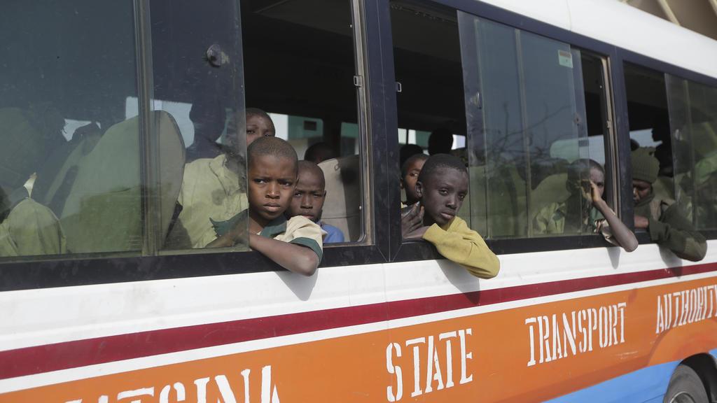 18.12.2020, Nigeria, Katsina: Freigelassene Schüler, die Anfang der Woche aus der Schule «Government Science Secondary School» in Kankara in der Nordregion Katsina von Extremisten entführt worden waren, sitzen in einem Bus. Mehr als 300 Schüler, die