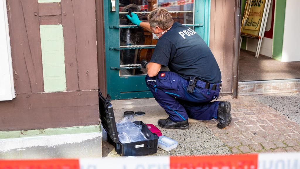 15.09.2020, Niedersachsen, Celle: Ein Mitarbeiter der Spurensicherung arbeitet vor einem Juweliergeschäft. Gestern haben zwei bewaffnete Männer versucht, einen Juwelier zu überfallen. Beide Täter wurden tödlich verletzt. Nach bisherigen Erkenntnissen