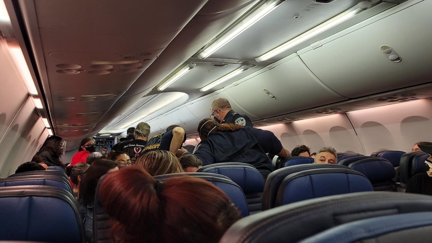 Ein Flugpassagier erlitt plötzlich einen Herzstillstand auf dem Weg von Orlando nach Los Angeles.