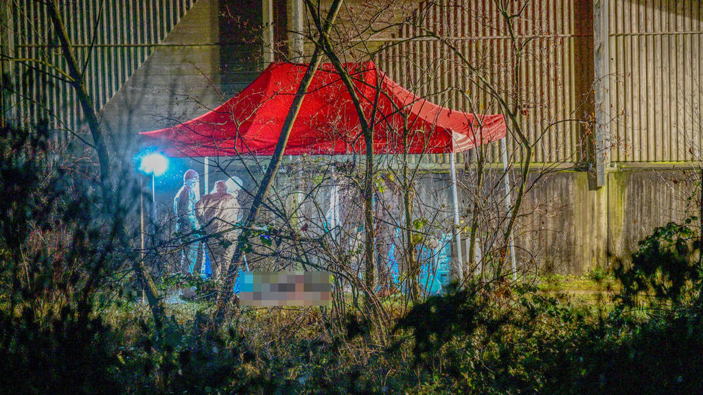 """21.12.2020, Baden-Württemberg, Ebersbach: Spurensicherer der Polizei arbeiten an einem Fundort einer Leiche. (zu dpa: """"Ermittlungen nach Leichenfund"""") Foto: Marius Bulling/dpa +++ dpa-Bildfunk +++"""