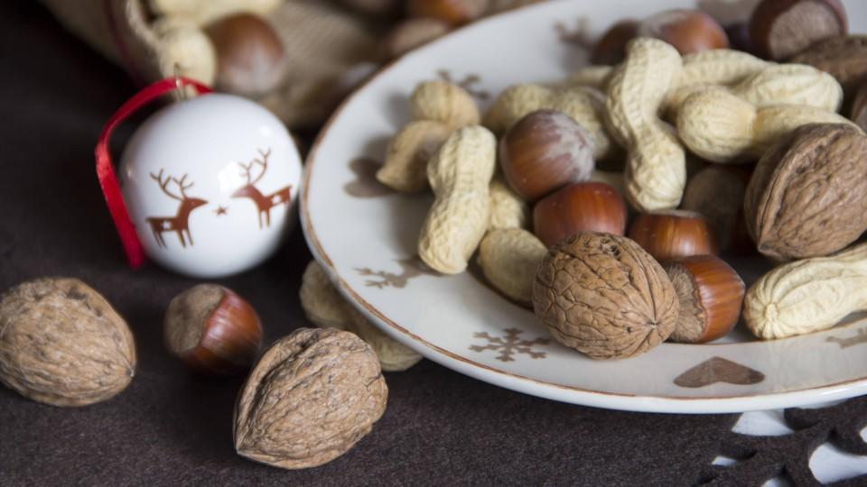 Dish of different nuts an d Christmas decoration PUBLICATIONxINxGERxSUIxAUTxHUNxONLY YFF000276Dish of different Nuts to D Christmas Decoration PUBLICATIONxINxGERxSUIxAUTxHUNxONLY YFF000276