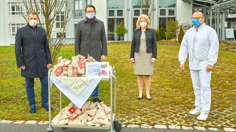 Bundesverkehrsminister Andreas Scheuer übergibt dem Klinikum Passau 3.000 Tüten Plätzchen für die Mitarbeiter.