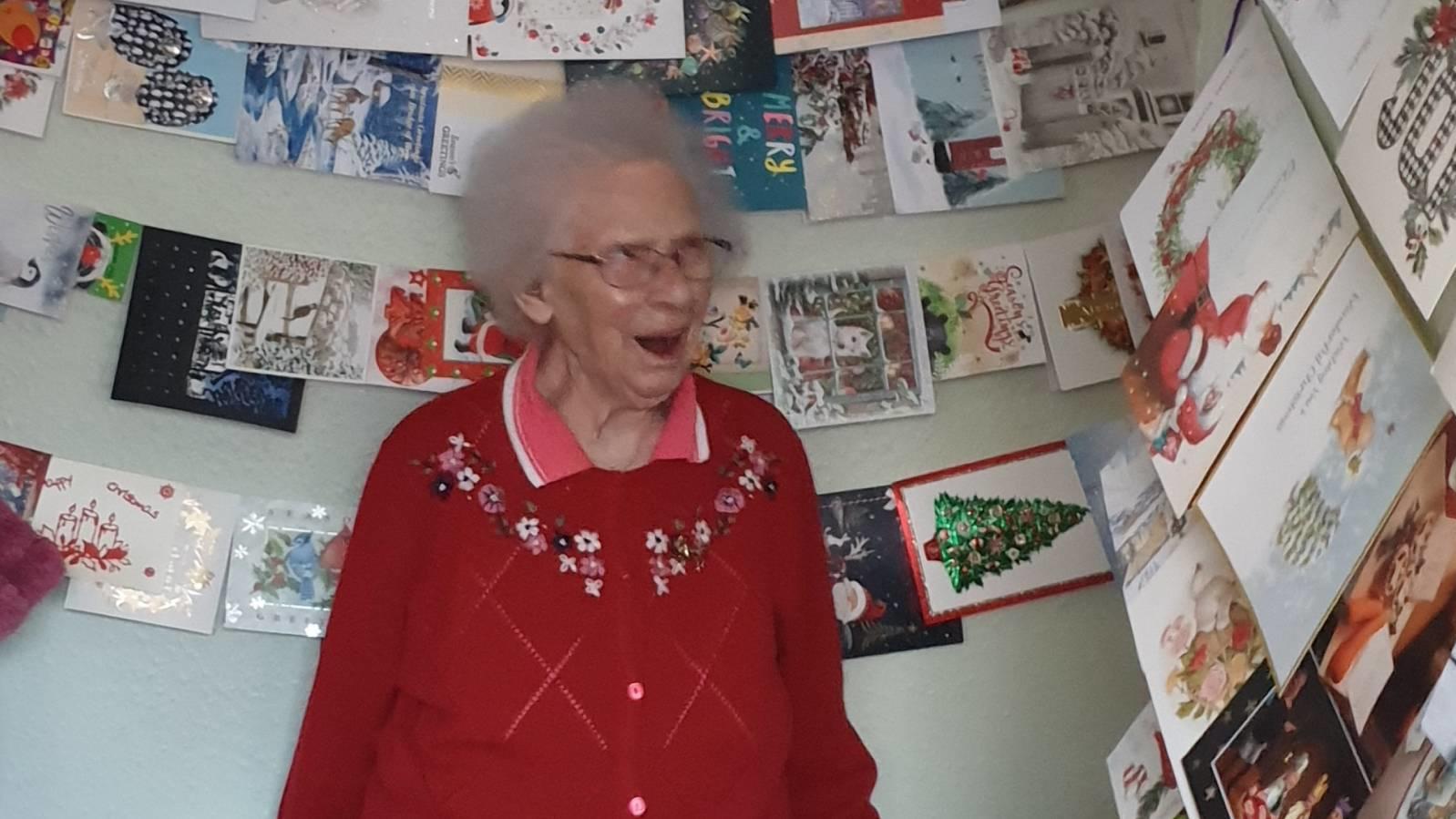 Übers ganze Gesicht strahlend freut Uroma Nancy sich über ihre Weihnachtspost.