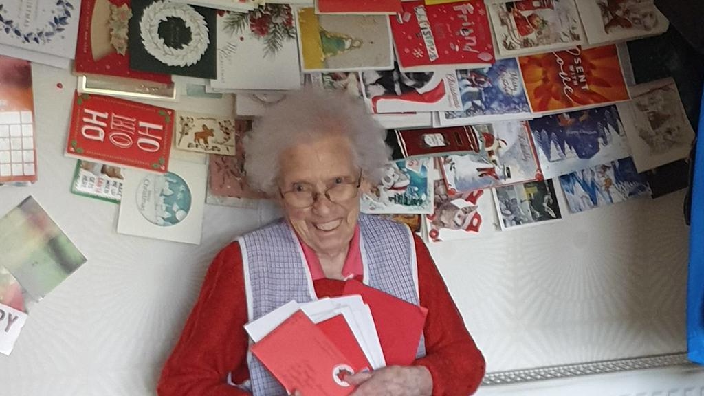 Nancy Letham freut sich über ihre Weihnachtspost aus aller Welt