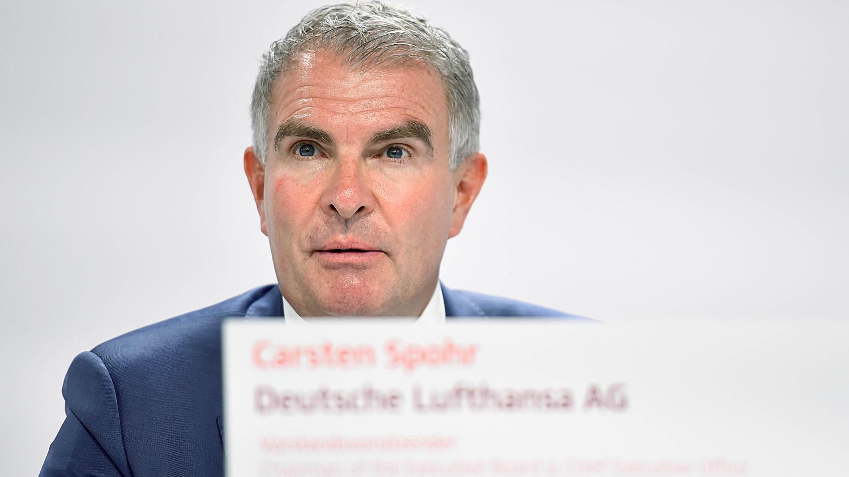 Laut Lufthansa-Chef Carsten Spohr werden Langstreckenflüge künftig wohl nur mit einem negativen Corona-Test oder einem Impfnachweis möglich sein.