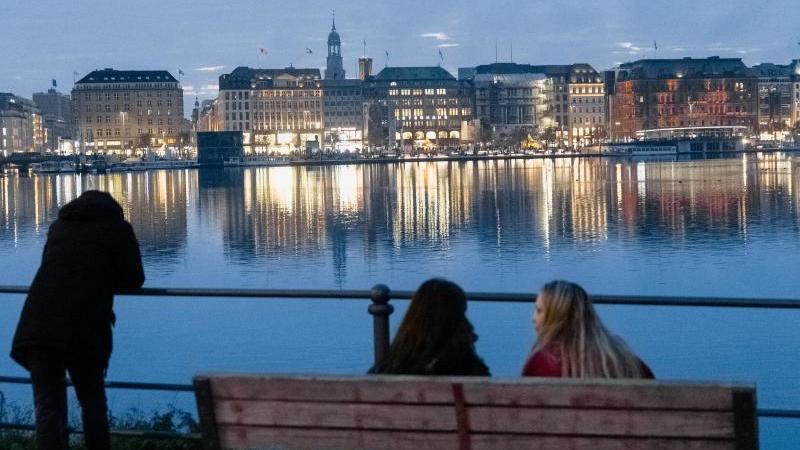 Abendlicher Blick über die Binnenalster auf die beleuchteten Häuser am Jungfernstieg. Foto: Markus Scholz/dpa/Archivbild