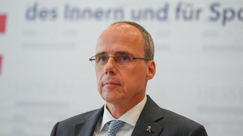 Peter Beuth (CDU), Innenminister des Landes Hessen, spricht. Foto: Arne Dedert/dpa/Archivbild