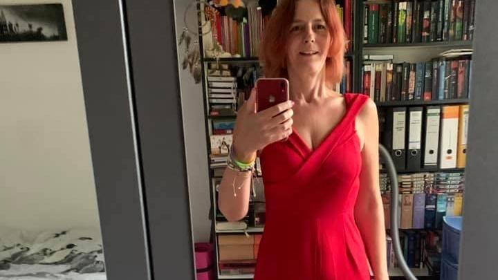 Sandra steht vor dem Spiegel