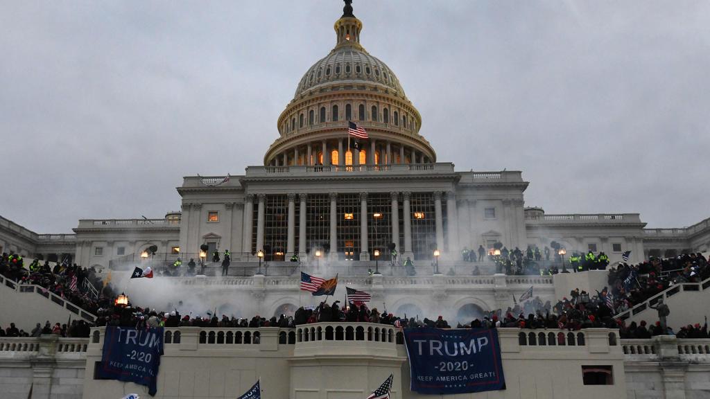 06.01.2021, USA, Washington: Unterstützer von US-Präsident Trump stürmen das Kapitolgebäude, wo die Abgeordneten den Sieg des gewählten Präsidenten Biden für die Präsidentschaftswahlen im November bestätigen sollten. Foto: Carol Guzy/ZUMA Wire/dpa ++