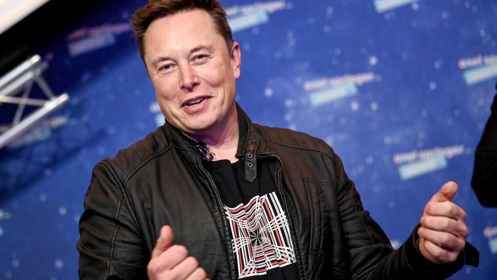 ARCHIV - 01.12.2020, Berlin: Elon Musk, Chef der Weltraumfirma SpaceX und Tesla-CEO, kommt zur Preisverleihung des Axel Springer Awards. Die atemberaubende Kursrally des US-Elektroautobauers Tesla an der Börse hat Firmenchef Elon Musk laut dem Millia
