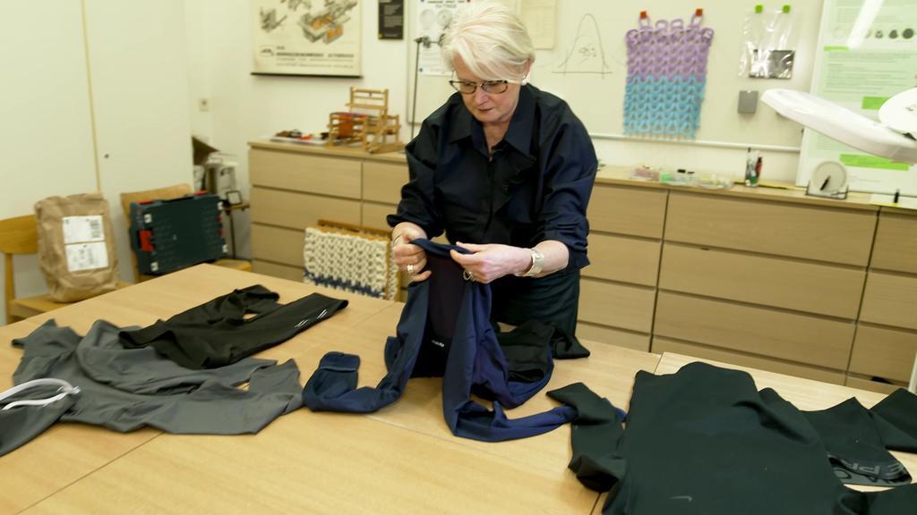 Professorin Ulrike Schempp testet Sportoutfits auf ihre Qualität