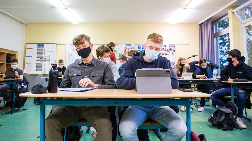 19.10.2020, Hamburg: Schüler einer 13.Klasse der Oberstufe der Stadtteilschule Niendorf sitzen mit Mund-Nasen-Bedeckungen im Deutsch-Unterricht. Nach zwei Wochen Herbstferien hat an Hamburgs Schulen am Montag wieder der Unterricht begonnen. Für Beruf