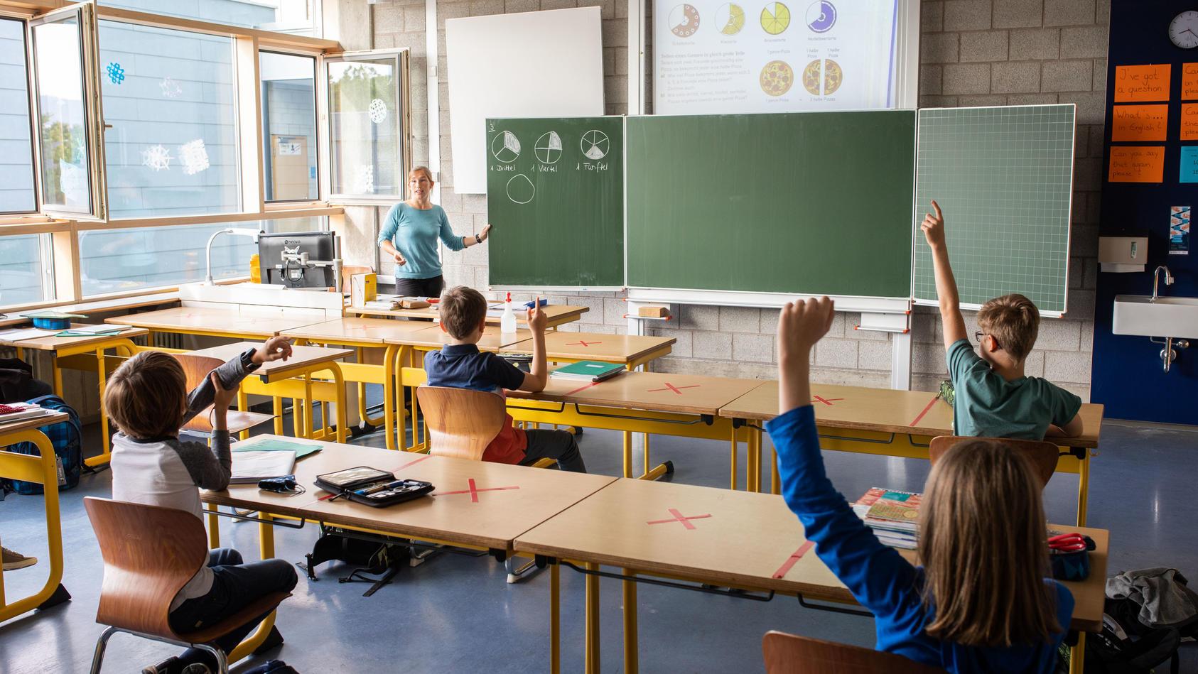 Lehrer kümmert sich um die Füße der Schüler