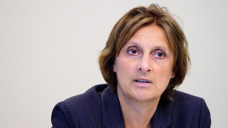 Britta Ernst (SPD), Brandenburger Ministerin für Bildung, bei einem Interview. Foto: Soeren Stache/dpa-Zentralbild/dpa
