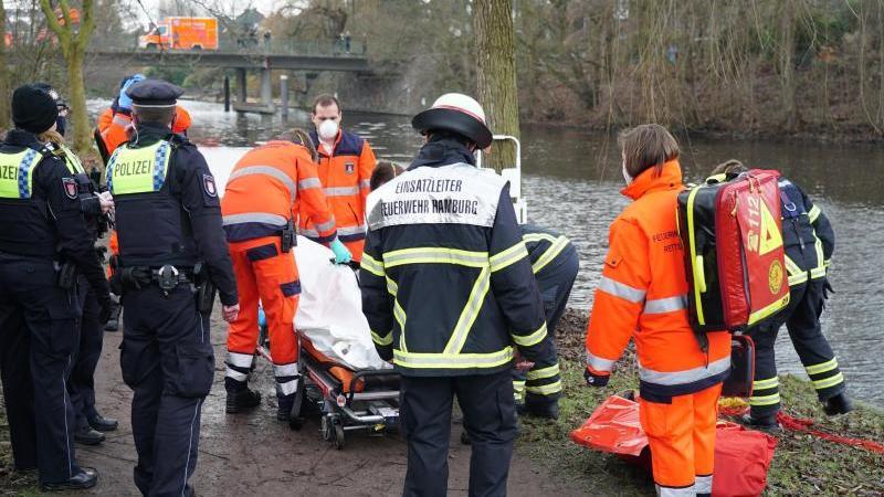 Einsatzkräfte der Polizei und Feuerwehr beim Bergen des Toten an der Alster. Foto: -/Citynewstv/dpa