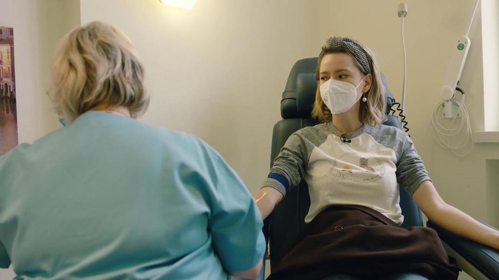 RTL-Reporterin Karolina Kaminska bei der Blutabnahme