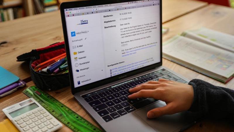 Ein Junge löst am Laptop in seinem Zuhause seine Schulaufgaben, die ihm seine Lehrer für jeden Tag über den Schulserver geschickt haben. Foto: Ulrich Perrey/dpa/Archiv