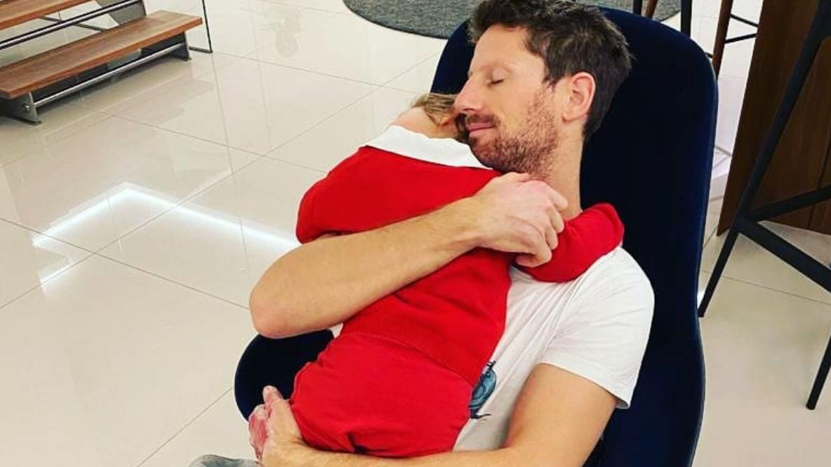 Romain Grosjean kuschelt mit seinem Sohn - ohne Verband an den Händen.