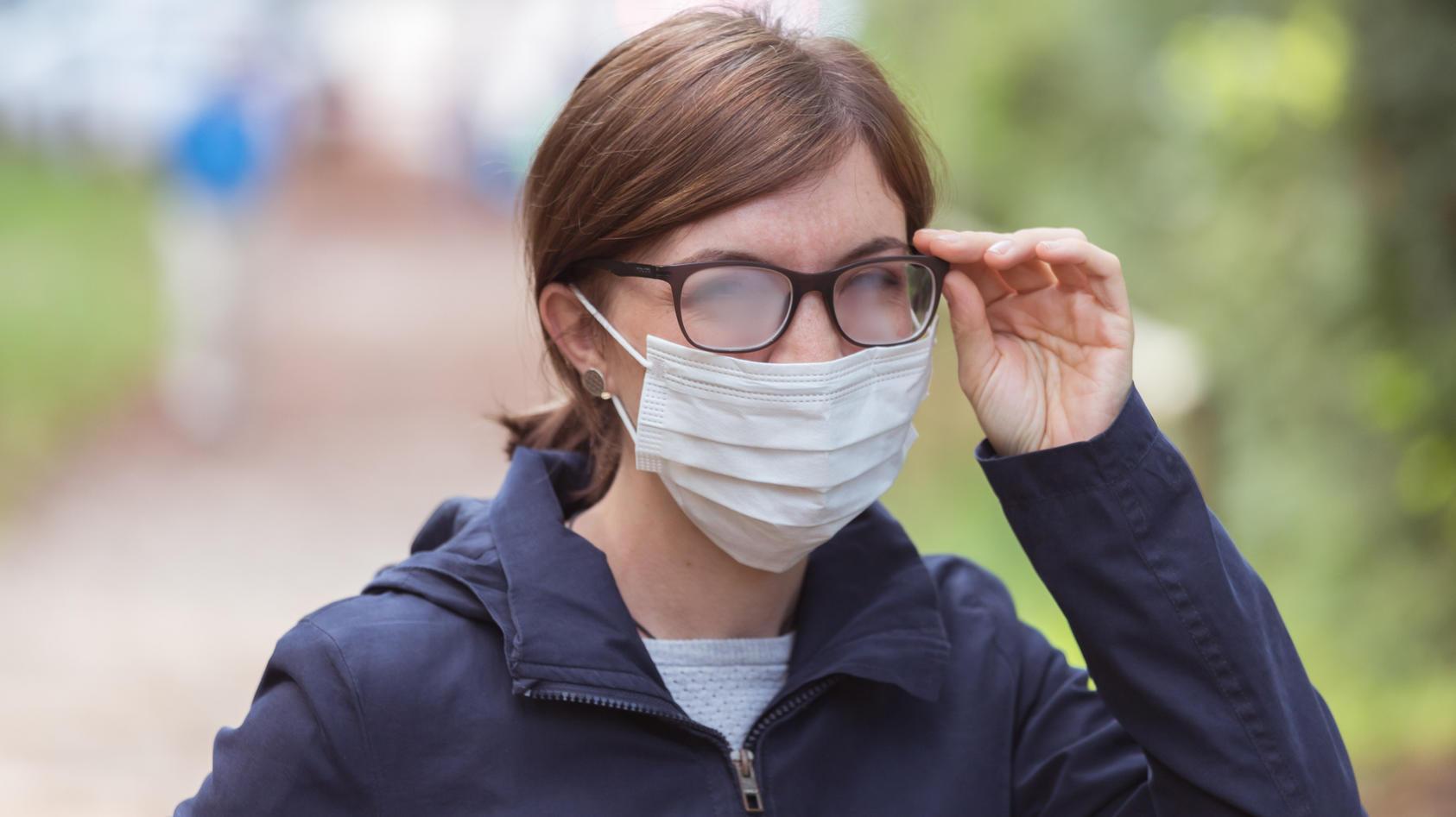 Im Winter beschlägt die Brille beim Maskentragen besonders schnell.