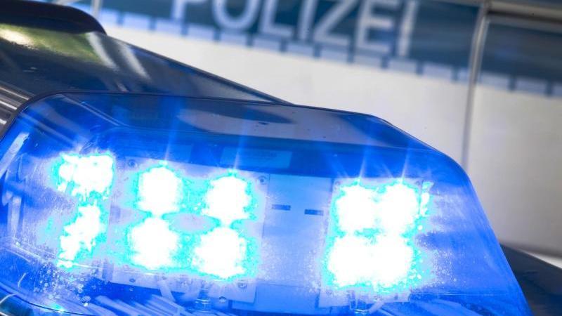 Ein Blaulicht leuchtet auf dem Dach eines Polizeiwagens. Foto: Friso Gentsch/dpa/Symbolbild/Archivbild