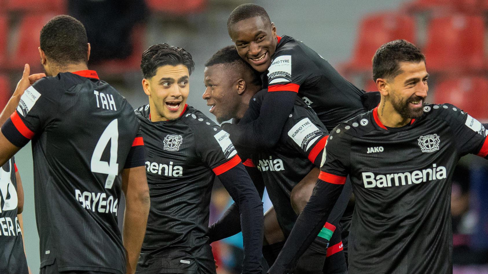 Bayer Leverkusen jubelt, das Team feiert einen 4:1-Erfolg gegen Eintracht Frankfurt.